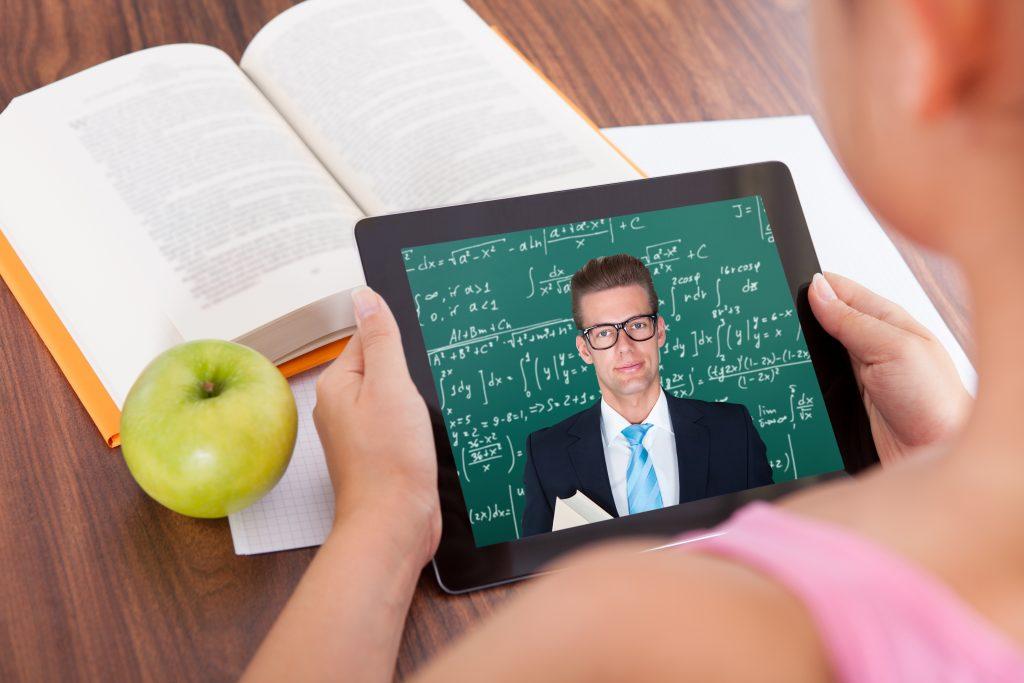 Estudiante mirando video educativo